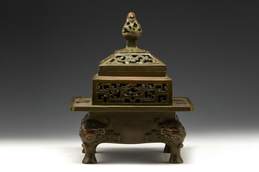 作品详情 仿汉四足熏炉  作品描述 凤为后,宣德皇帝初制此炉 ,赐之